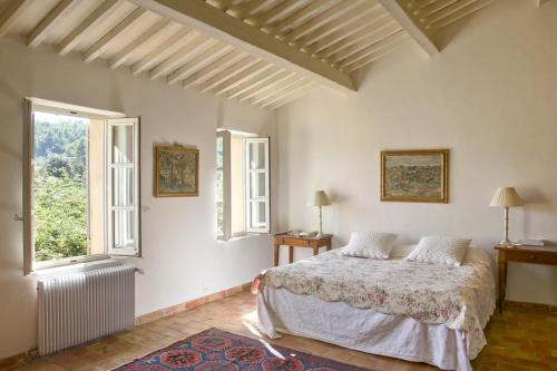 A bed or beds in a room at Cuges-les-Pins Villa Sleeps 12 Pool WiFi