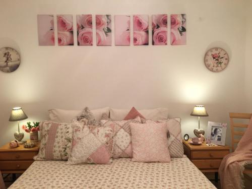 Postel nebo postele na pokoji v ubytování Apartament Roza v tsentre Heviza