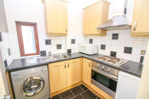 A kitchen or kitchenette at Studio Flat near Liverpool st & Shoreditch London.