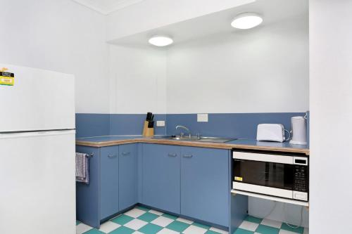 A kitchen or kitchenette at Sunshine Towers 407 - One Bedroom Studio Apartment