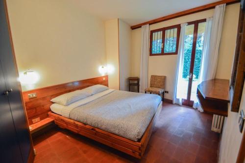 Letto o letti in una camera di Massa Villa Sleeps 12 Pool Air Con
