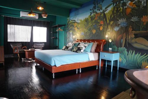 A bed or beds in a room at Quirky and Artistic Home with a Copper Bath and DIY Breakfast
