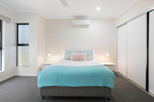 A bed or beds in a room at WHITSUNDAY brand new townhouse close to boardwalk