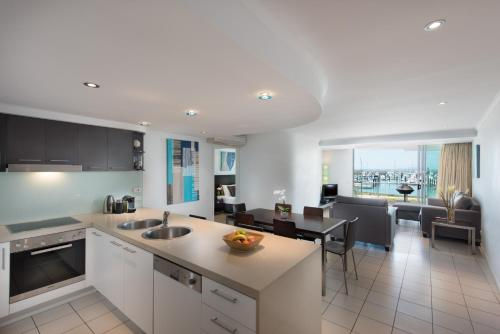A kitchen or kitchenette at at Marina Shores