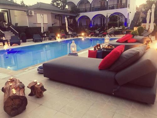 Der Swimmingpool an oder in der Nähe von Villa Corali Apartments