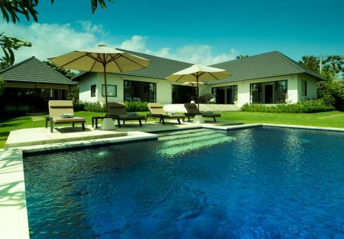 The swimming pool at or close to Villa Anggrek
