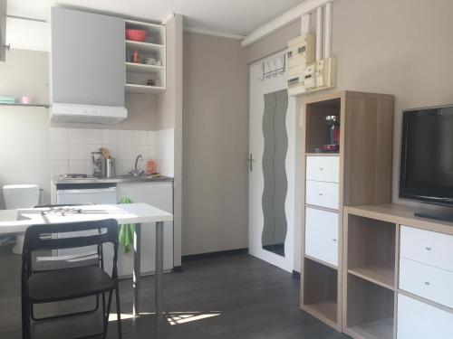 Een keuken of kitchenette bij Charmant studio