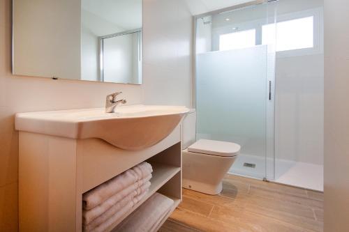 A bathroom at Apartamentos Sol y Vera