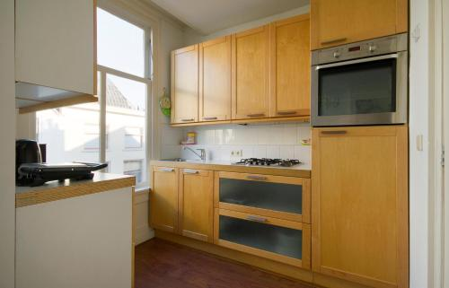 A kitchen or kitchenette at Flower Apartment