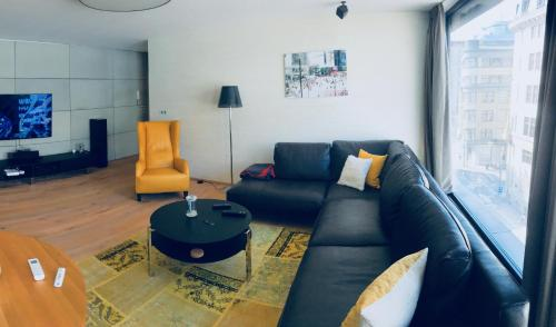 A seating area at Bright stylish apartment right in a city centre