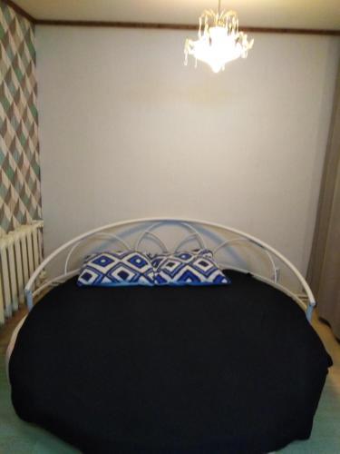 Кровать или кровати в номере Apartment on Stadionnyy 3