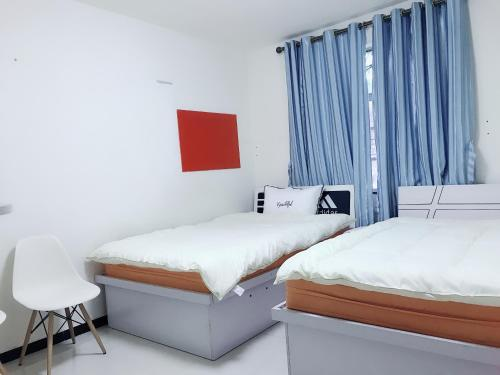 Uma cama ou camas num quarto em The Whale and Girl Apartment