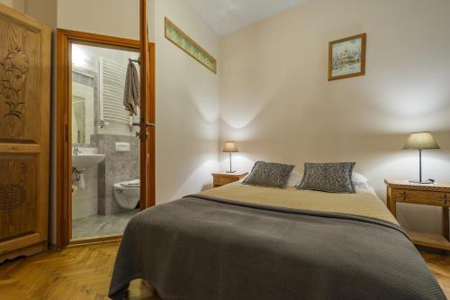 A bed or beds in a room at Pokoje i Apartamenty Krupówki 36