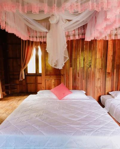 A bed or beds in a room at Honey Moon River side
