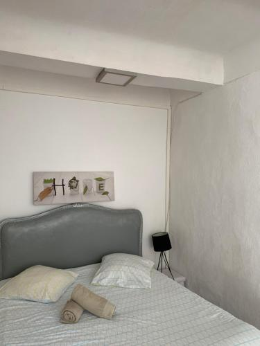 A bed or beds in a room at Studio Calendal