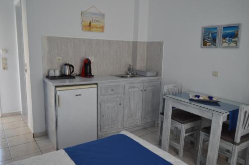 A kitchen or kitchenette at Kiklamino Studios & Apartments