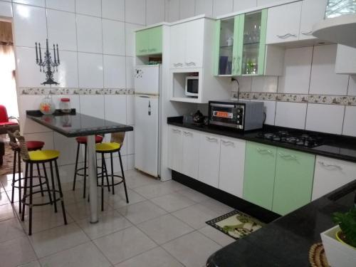 Una cocina o zona de cocina en Casa a 2 kilometros do mar de Canasvieiras