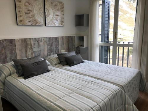 Кровать или кровати в номере Apartamentos Candanchu VTV
