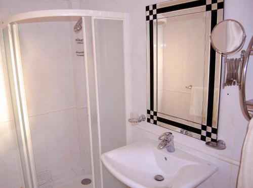 A bathroom at Villa Roque Del Conde, Las Americas, Tenerife