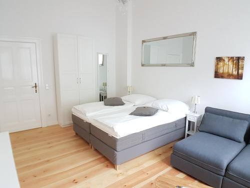 A bed or beds in a room at Langenscheidtstr · LANGEN Schöneberg boxspringbeds & flair for Family