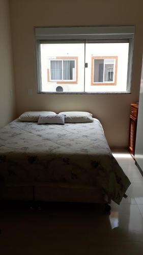 Cama o camas de una habitación en Excelente apartamento, 2 dormitórios, 200 m do mar