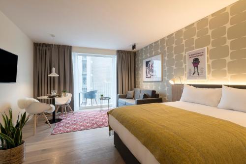 Een bed of bedden in een kamer bij PREMIER SUITES PLUS Antwerp