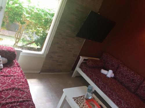 Una televisión o centro de entretenimiento en Cabañas Antares
