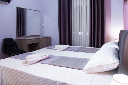 Ein Bett oder Betten in einem Zimmer der Unterkunft Acropolis Suites 54 Purple