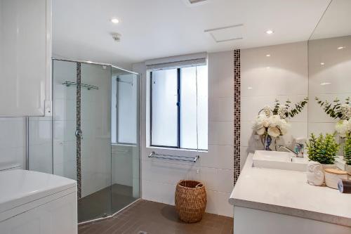 A bathroom at Broadbeach Pacific Resort