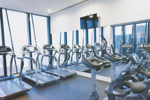 The fitness center and/or fitness facilities at HFN Southern Cross Apartment