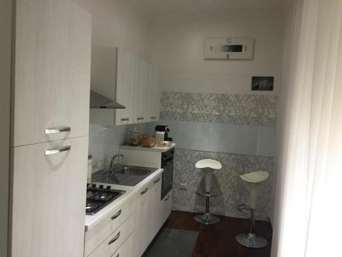 A kitchen or kitchenette at Home White