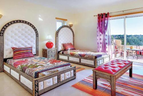 A bed or beds in a room at Salgados Villa Sleeps 6 Air Con WiFi