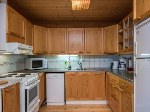 A kitchen or kitchenette at Holiday Home Aamuntorkku