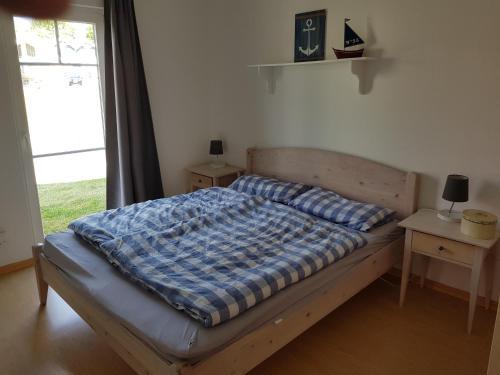 Cama ou camas em um quarto em Bungalowhälfte Waterkant