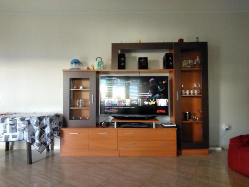 Una televisión o centro de entretenimiento en Casa Luna