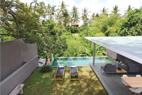 A view of the pool at Aria Villas Ubud or nearby
