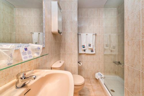 Een badkamer bij Apartamentos Morasol