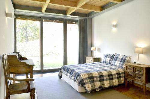 A bed or beds in a room at Quinta da Longra