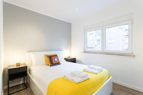 A bed or beds in a room at Feels Like Home Charming Flat near Lisbon Zoo