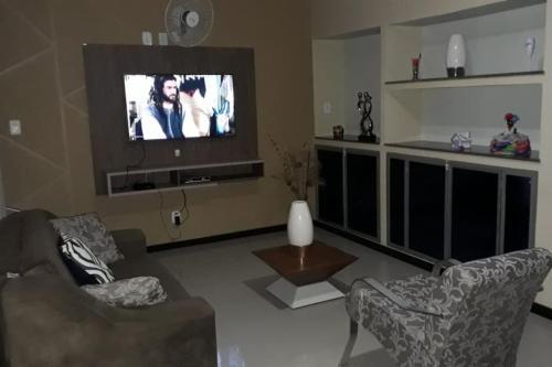 A television and/or entertainment center at Excelente Casa Temporada em Aracaju