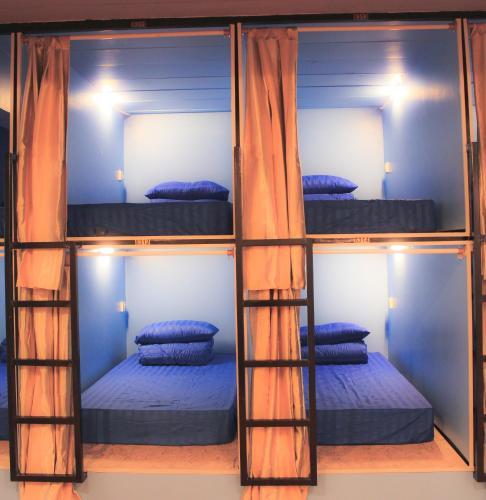 เตียงสองชั้นในห้องที่ Pattaya Hostel Stay Inn