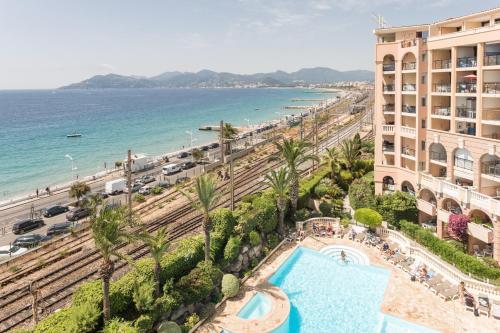 Vue sur la piscine de l'établissement Résidence Pierre & Vacances Cannes Verrerie ou sur une piscine à proximité