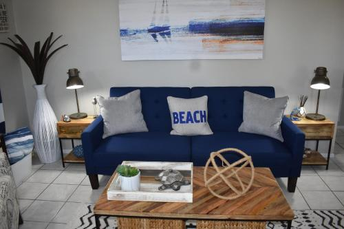 A seating area at Salty Toes Cottage
