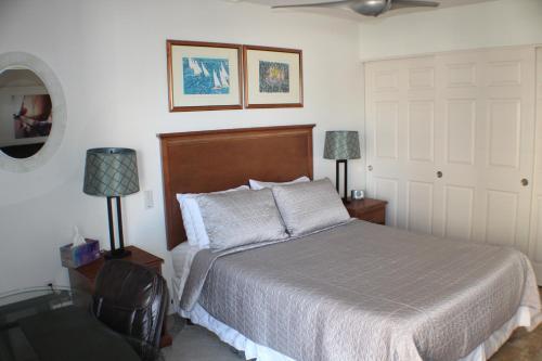 2waikiki vacation rentals 객실 침대
