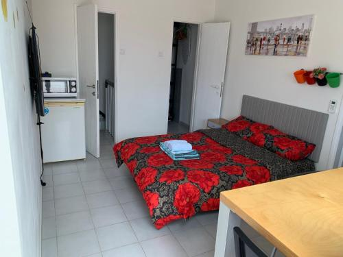 A bed or beds in a room at Apartment in a good location Ashdod