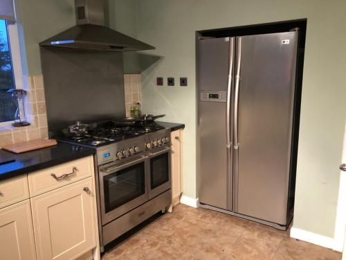 A kitchen or kitchenette at 11 Carelton Road