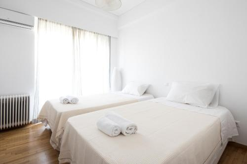 A bed or beds in a room at Breathtaking view to Acropolis - Parthenon