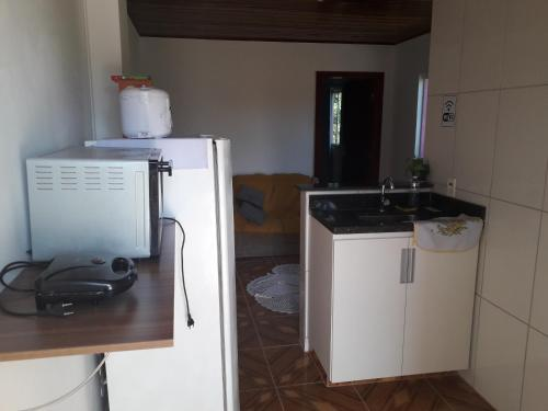 A kitchen or kitchenette at Apartamento Espaço Cajueiro