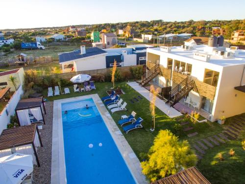 A view of the pool at Cara Colomba or nearby