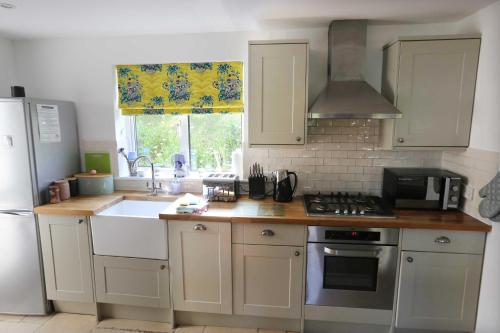 A kitchen or kitchenette at 4a Dolphin Close